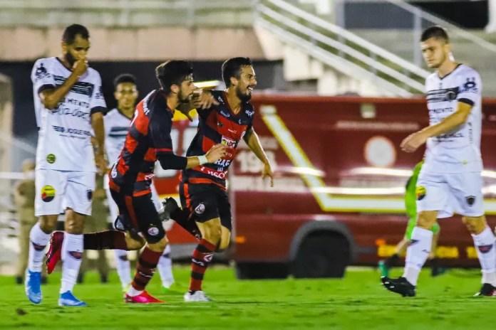Marcelinho corre para comemorar gol marcado no Botafogo-PB, na primeira fase — Foto: Daniel Lins / Campinense