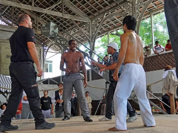 Lázaro Ramos ensaia coreografia de luta com Cocoroca e Rodrigo Oyie (Foto: Lado a Lado/TV Globo)