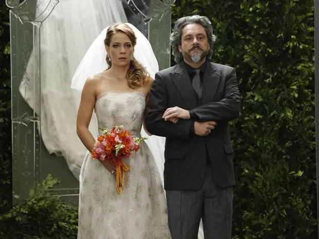 Zé fica surpreso ao ver que Cris está no lugar de Maria Clara, mas ela só pede para que o pai a entregue para Vicente (Foto: Felipe Monteiro/TV Globo)