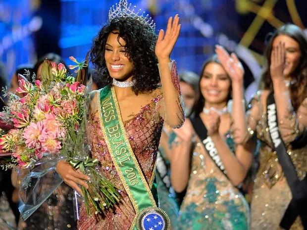 A candidata do estado do Paraná, Raissa Santana, é a vencedora do concurso Miss Brasil  (Foto: Alan Morici/FramePhoto/Estadão Conteúdo)
