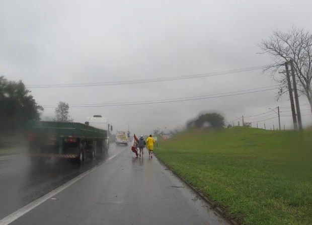 Sob um frio de 11°C (sensação térmica muito menos em razão da chuva e do vento), os peregrinos vão percorrer uma distância total de 166 quilkômetros (Foto: Nathália Duarte/G1)