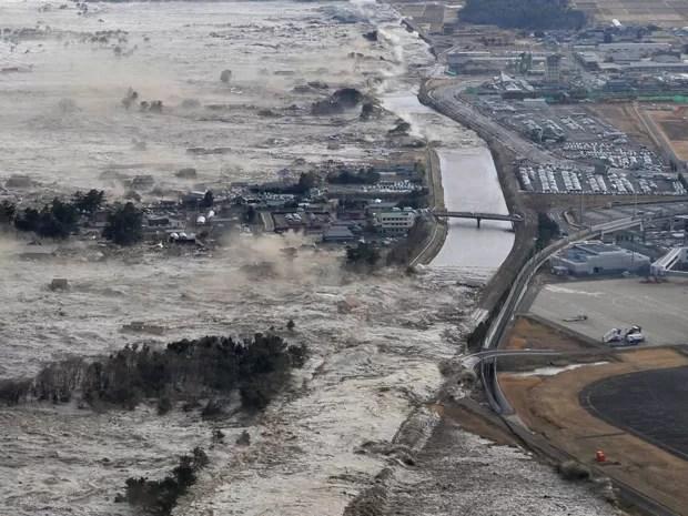 Foto de 11 de março de 2011 mostra ação de tsunami em Iwanuma, no norte do Japão (Foto: AP Photo/Kyodo News, File)