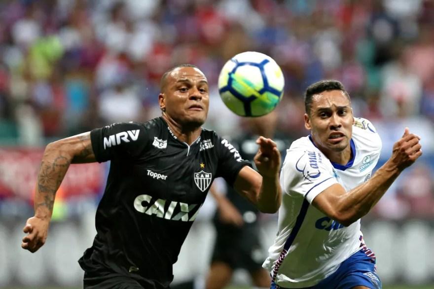 Patric e Edigar Junio travam duelo durante empate entre Bahia e Atlético-MG, pelo Brasileirão (Foto: Felipe Oliveira / Divulgação / EC Bahia)