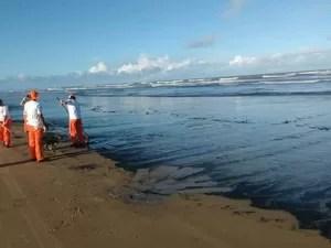 Banhistas encontram mancha de óleo na Praia da Atalaia (Foto: Diógenes Di)