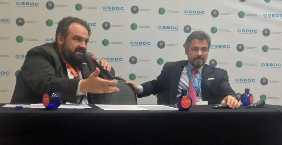 Gustavo Fernandes, presidente da Sociedade Brasileira de Oncologia Clínica e Cláudio Ferrari, diretor da entidade, apresentam estudo — Foto: Monique Oliveira/G1