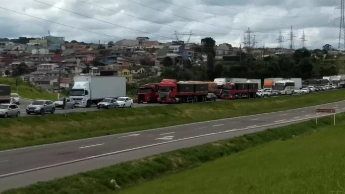 O fechamento de parte da BR-376, por causa do protesto dos moradores, gerou filas na rodovia (Foto: João Salgado/RPC Curitiba)