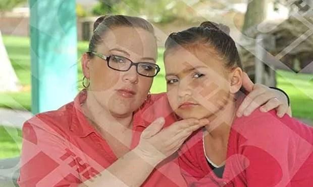 Em março de 2011, A britânica Kerry Campbell chocou o Reino Unido ao aplicar injeções de botox na filha de apenas oito anos. A mulher disse que realizaVA o procedimento, pois queria transformar a filha Britney em uma estrela. (Foto: Reprodução)