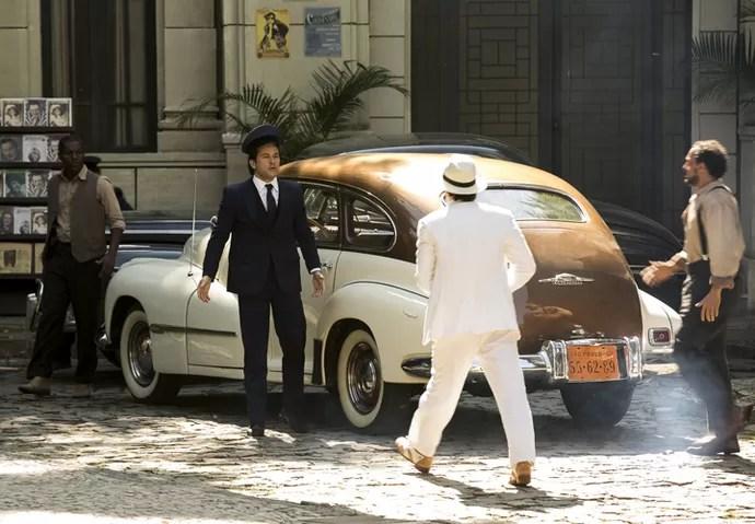 Jairo é abordado por Ernesto e seus comparsas (Foto: Ellen Soares/Gshow)