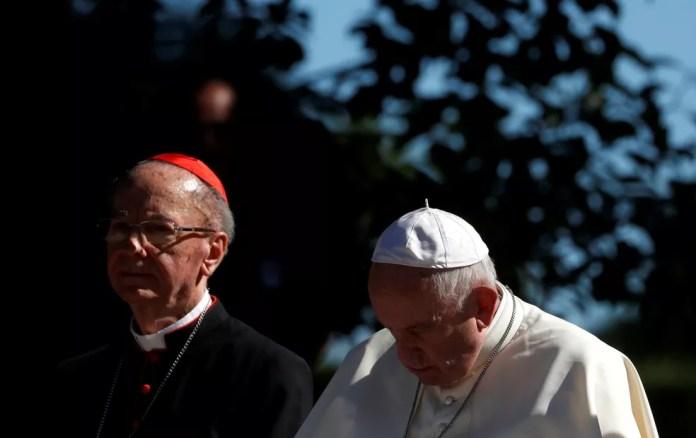 Cardeal brasileiro Dom Cláudio Hummes, ao lado do Papa Francisco, nos jardins do Vaticano  — Foto: Yara Nardi/Reuters