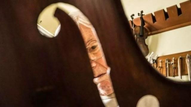 Para luthiers capacitados, é importante não se deixar seduzir por histórias sobre supostas origens dos instrumentos que queiram comprar (Foto: Leonardo Coelho)
