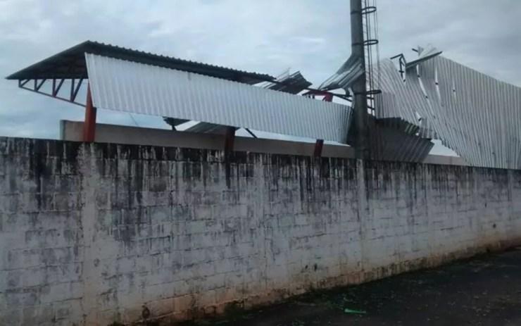 Cobertura da arquibancada de um estádio caiu, segundi a Defesa Civil de General Salgado  (Foto: Divulgação/Defesa Civil )
