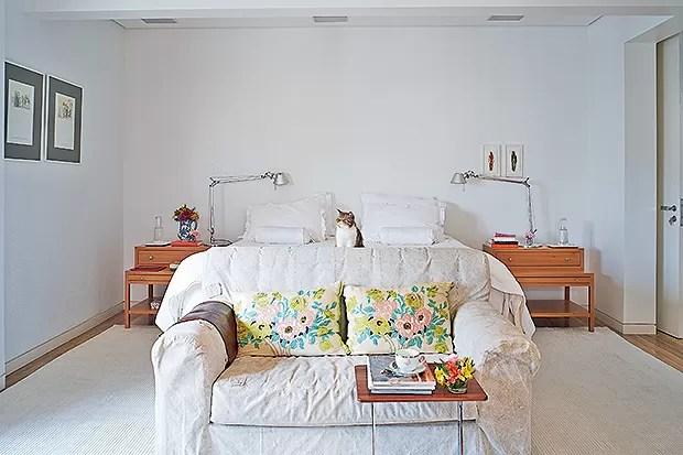 Suíte do casal | O sofá, da Elle et Lui Maison, fica diante da cama, ladeada por criados-mudos desenhados pela arquiteta Flavia Torres. As luminárias Tolomeo vieram da  La Lampe, e as obras, na parede de fundo, são de Pinky Wainer, na Loja & Galeria  do B (Foto: Victor Affaro e Carlos Andres Varela)