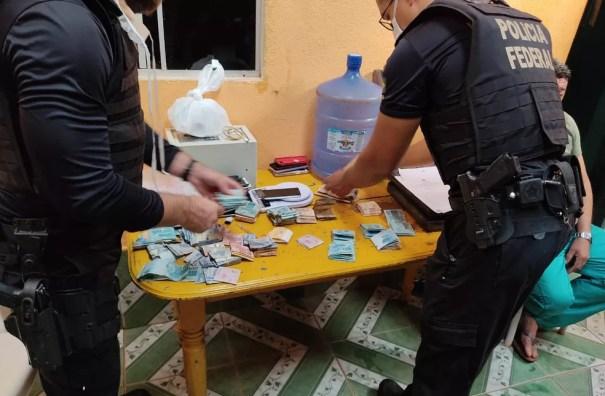 Dinheiro apreendido durante operação dessintonizando em Guajará-Mirim, RO — Foto: PF/Divulgação