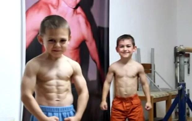 Irmãos Giuliano e Claudio Stroe aparecem em vídeo exibindo seus músculos na Romênia (Foto: Reprodução/YouTube/GiulianoStroeOfficial)