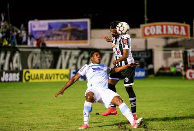 Angulo, atacante do CSA, disputa a bola com André Lima (Foto: Ailton Cruz/Gazeta de Alagoas)