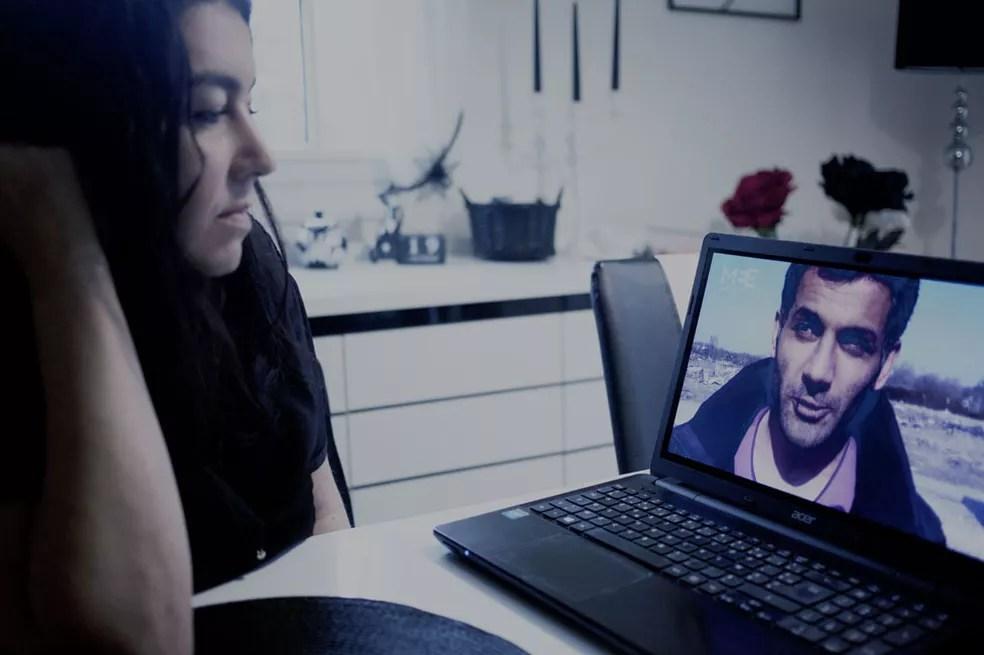Beatrice no Skype com Mokhtar Image caption Casal se fala todos os dias pela internet desde que Mokhtar chegou à Inglaterra (Foto: BBC)