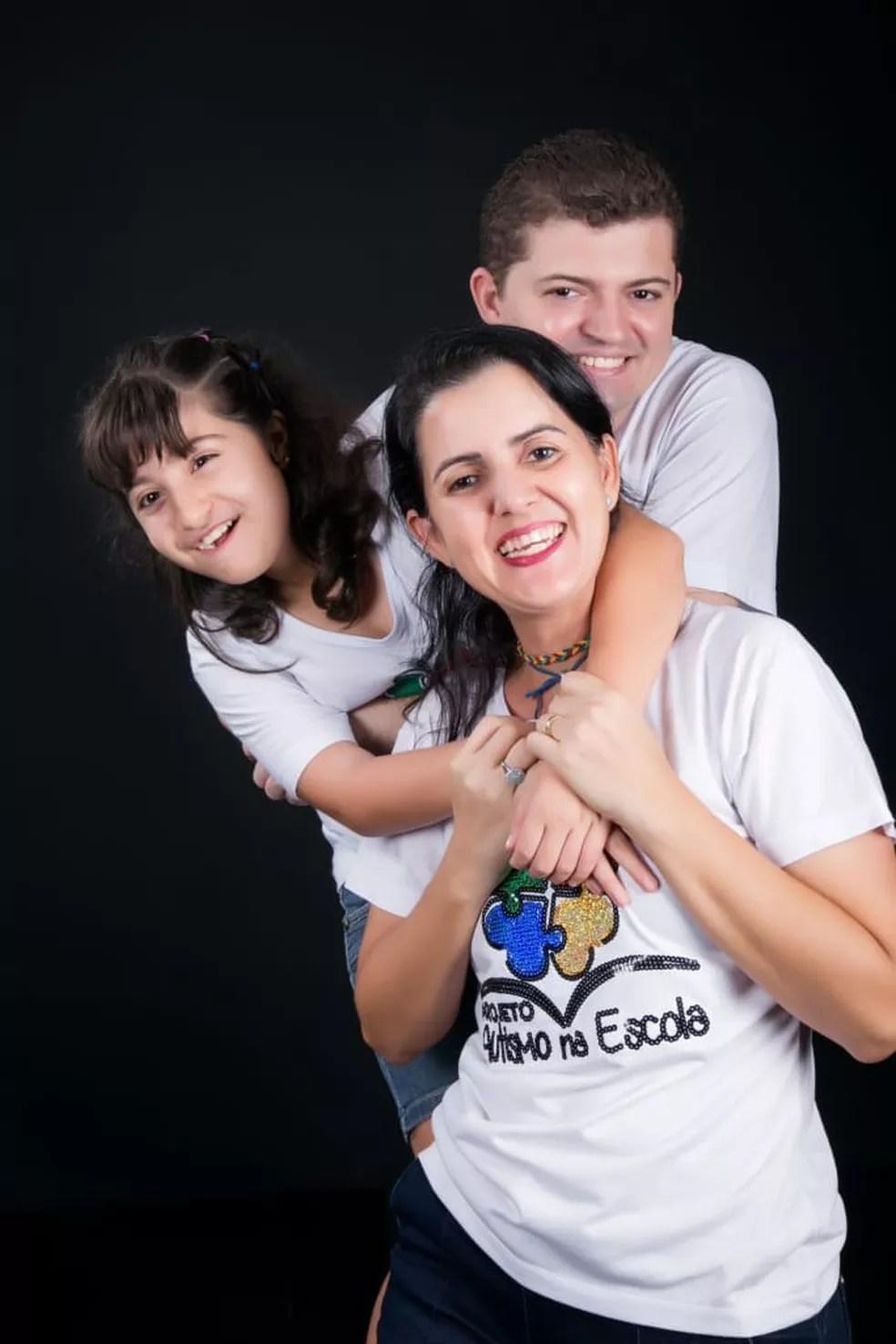 Érica com os dois filhos — Foto: Érica Rezende/ Arquivo pessoal