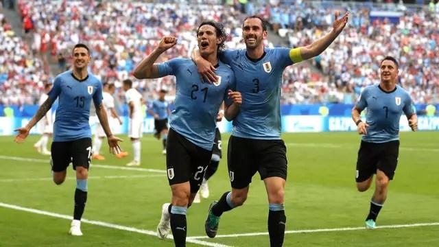 Cavani e Godín comemoram o último gol do jogo