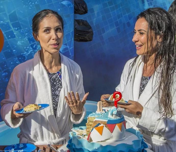Bella Falconi comendo bolo? O que não rola no niver de Scheila Carvalho, hein? (Foto: Artur Meninea / Gshow)