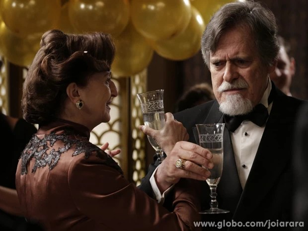 Contrariado, o joalheiro brinda o noivado (Foto: Joia Rara/TV Globo)