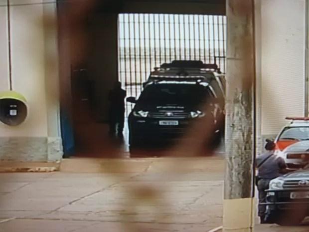 Comboio saiu da penitenciária de Avaré (SP) por volta das 14h com destino ao aeroporto de Arandu (SP).. (Foto: Reprodução TV Tem)