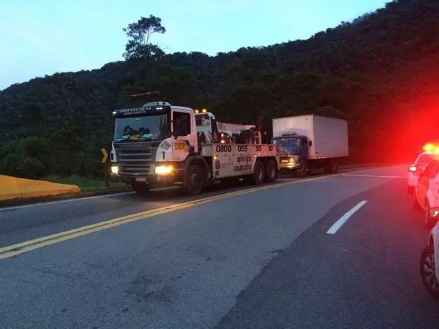 Caminhão foi retirado do local na manhã desta quinta-feira (Foto: Solange Freitas/G1)