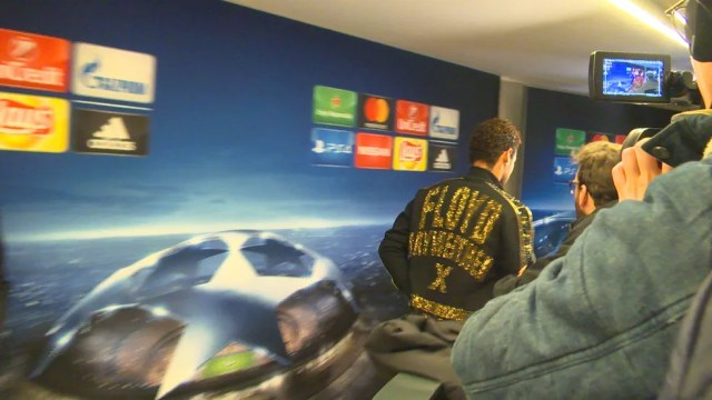 Com casaco de Floyd Mayweather, Neymar deixa zona mista após pergunta sobre o Real Madrid (Foto: Colin Vieira)