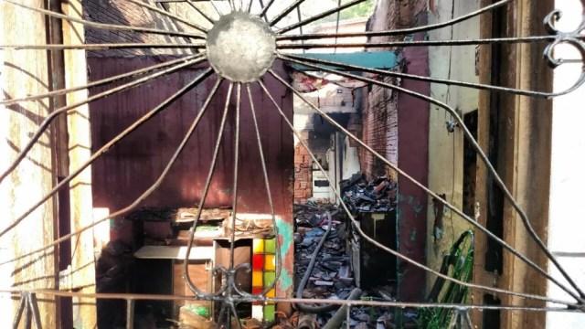 Corpo de Bombeiros esteve presente no local e conseguiu controlar o incêndio na casa (Foto: Douglas Pinto/TV Mirante)