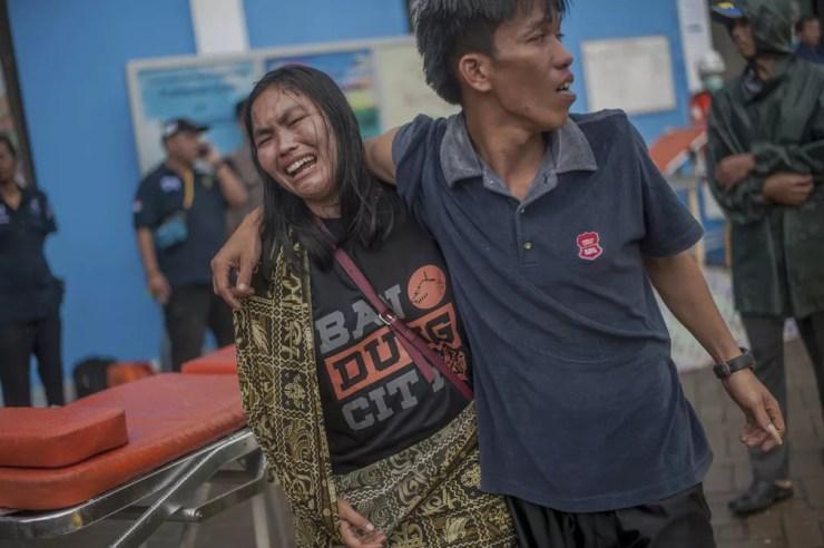Mulher se desespera ao descobrir que familiar está entre as vítimas do tsunami, que atingiu a Indonésia na noite deste sábado (22) — Foto: AP Photo/Fauzy Chaniago