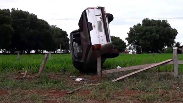 Vendedor morreu após picape capotar e ficar preso em cerca na MT-175 — Foto: Divulgação
