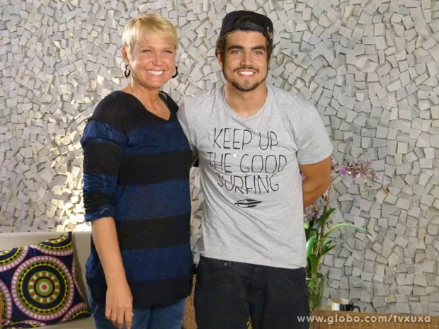 Caio Castro posa ao lado da rainha  (Foto: TV Xuxa / TV Globo)