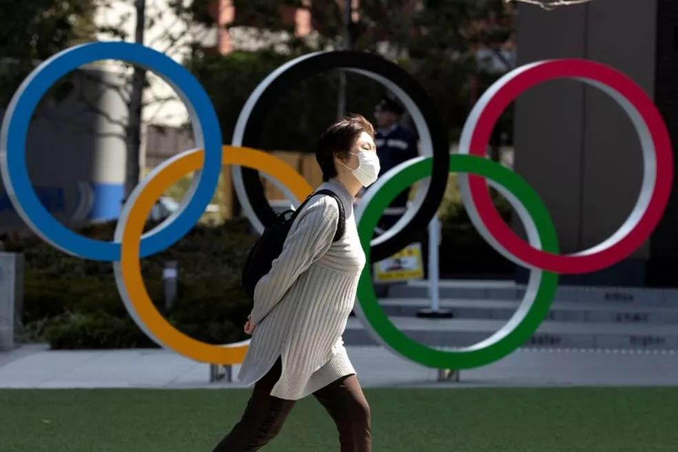 Japoneses são contra a realização das Olimpíadas como prevista hoje — Foto: REUTERS/Athit Perawongmetha