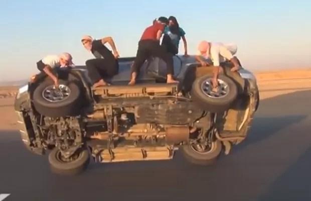 Homens se arriscam em carro trafegando em apenas uma das rodas na Arábia Saudita (Foto: Reprodução/YouTube/Al Drifter)