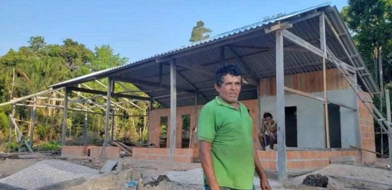 O ribeirinho Antônio Martins Queirós usou suas economias para construir uma pousada na área da reserva do Uatumã — Foto: Dubes Sônego / BBC News Brasil