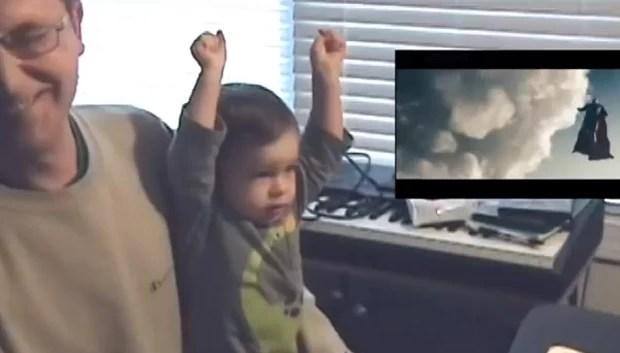 Simon tentou 'voar' e levantou os braços no colo do pai enquanto assistia a cena de filme com o 'Super-Homem' (Foto: Reprodução/YouTube/Iribbit)