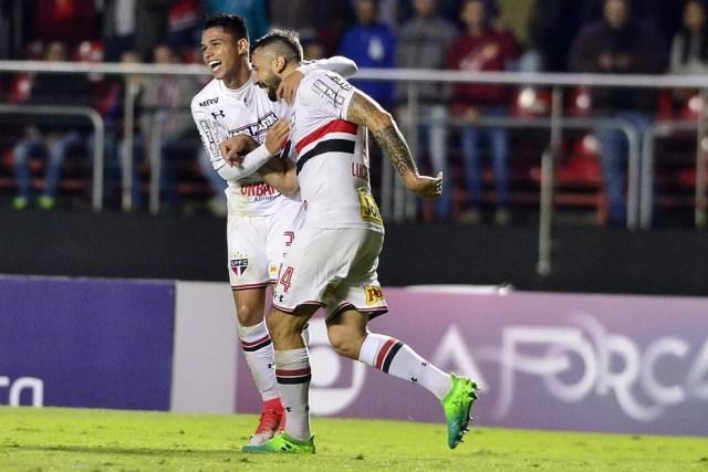 Luiz Araújo (à esq.) e Pratto comemoram gol contra o Avaí, na segunda-feira (Foto: Marcos Ribolli)
