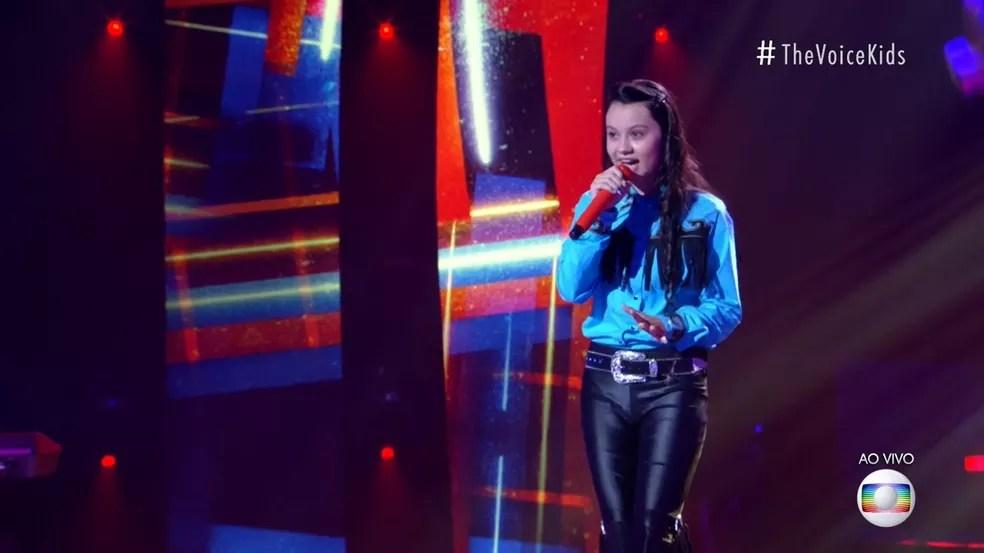 Maria Victória se apresenta com 'Pensa Em Mim' no palco do 'The Voice Kids'. — Foto: Reprodução/Globoplay