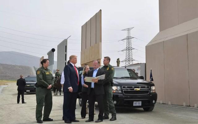 O presidente dos EUA, Donald Trump, visita protótipos do muro que pretende construir na fronteira com o México, em San Diego, na Califórnia, em março de 2018 — Foto: Mandel Ngan/AFP