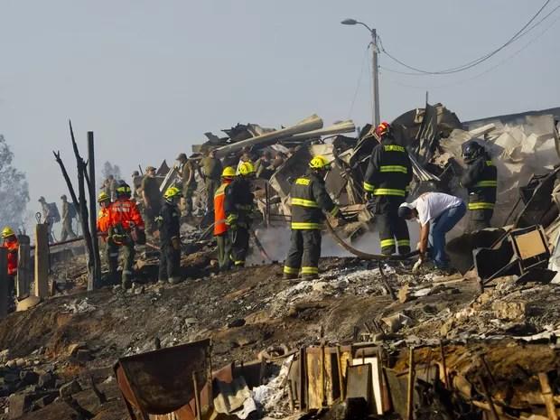 Onze helicópteros, seis aviões e 2 mil militares e policiais lutavam nesta segunda-feira (14) para controlar os focos do incêndio mais grave da história do porto chileno de Valparaíso, que matou 12 pessoas (Foto: Martin Bernetti/AFP)