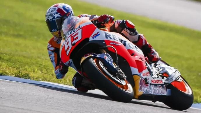635746553446990692 - Márquez se recupera de largada ruim, bate Lorenzo e vence em Indianápolis