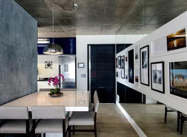 O casal logo se apaixonou pelo pilar estrutural exposto no apartamento e optaram por manter assim na sala de jantar. Mesa de resina e cadeiras à venda na Bazzi. Pendente cromado da Belaluz (Foto: Gustavo Awad/Divulgação)