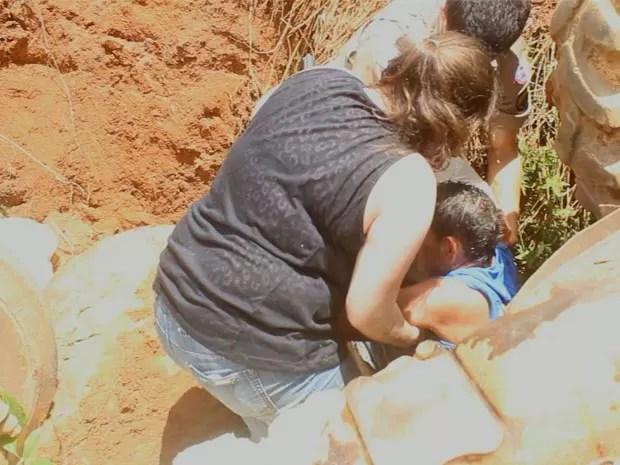 Homem é resgatado debaixo de trator em Botelhos, MG (Foto: Lucas Brasil)