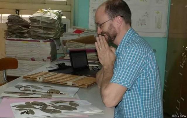 Aaron Davis, do instituto de pesquisa Kew: ele busca impedir a extinção do café arábica  (Foto: RBG KEW/BBC)
