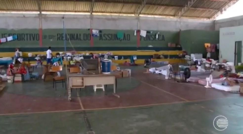 Presos por crimes menos graves ficam soltos em ginásio  (Foto: Reprodução/TV Clube)