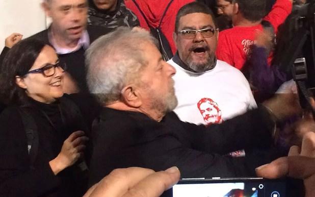 Ex-presidente Lula chega ao protesto na Avenida Paulista (Foto: Glauco Araújo/G1)