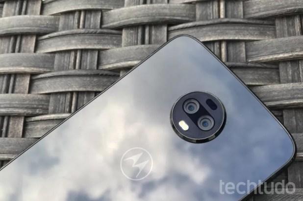 A traseira do Moto Z3 é de vidro 2.5D e alta capacidade de reflexão, como os aparelhos mais recentes. (Foto: Luciana Maline/TechTudo)