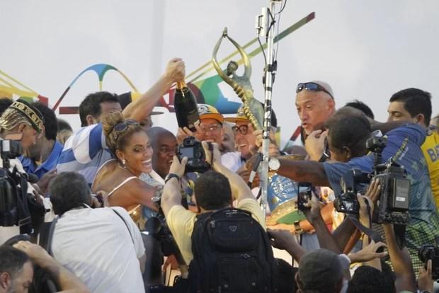 Ana Paula Evangelista comemora vitória da Unidos da Tijuca (Foto: Marcos Ferreira e Graça Paes / Foto Rio News)