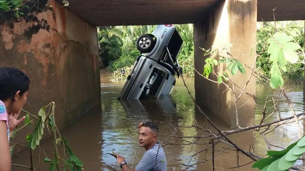 Veículo ficou submerso nas águas; vítimas foram retiradas pelos bombeiros (Foto: Renata Correia)