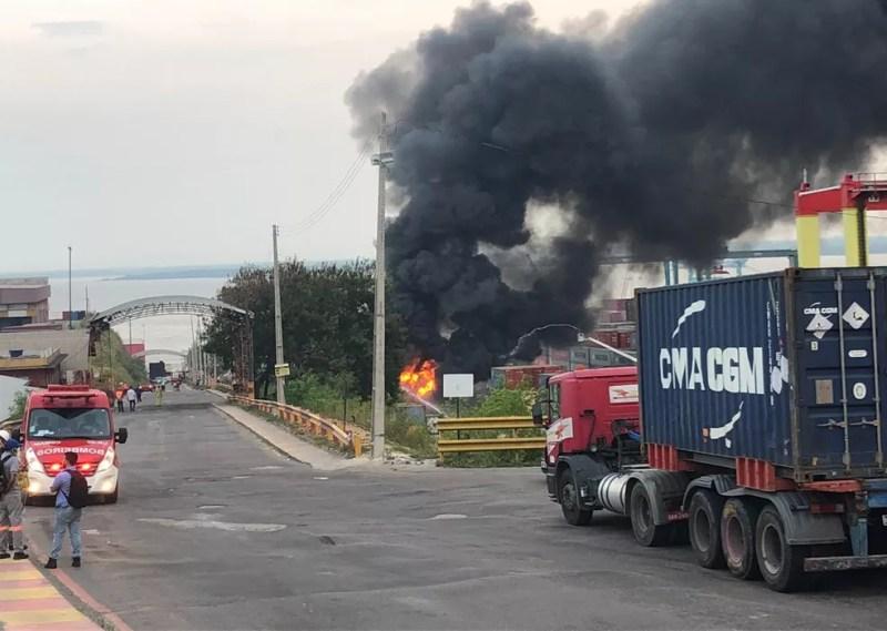 Incêndio foi registrado na tarde desta terça-feira (18). — Foto: Rebeca Beatriz/G1 AM