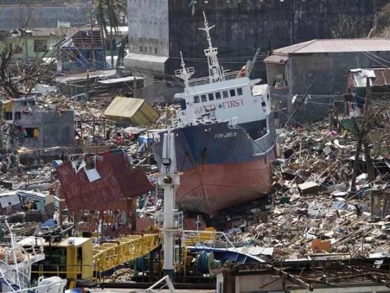 Força da tormenta e aumentou no nível do mar arrastou um navio de carga para a terra na região de Tacloban. (Foto: Romeo Ranoco / Reuters)